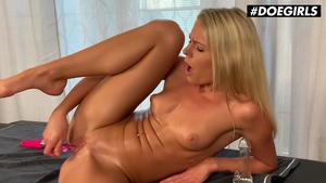 Solo glamour & big ass MILF raw toys action